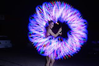 Artista com Pixel Poi Malabares com Logo e luzes na abertura de cerimonia do evento Bradesco Conectados em SP.
