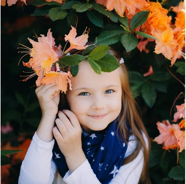 skaista ģimenes fotosesija rododendru dārzā pavasarī