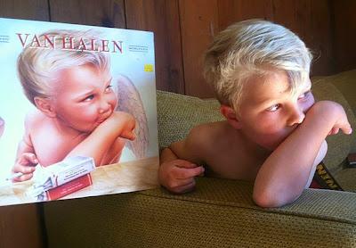 Este niño poso para esta ilustración.