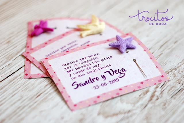 Tarjeta personalizada para alfileres Modelo Valentina con alfileres de estrellas de mar - Trocitos de Boda