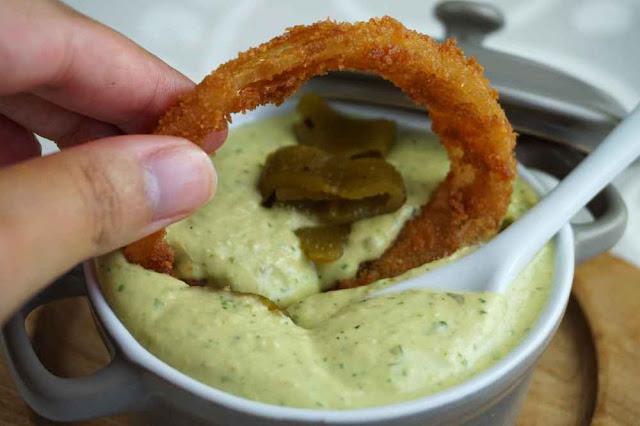 Aros de cebolla con salsa de pimiento verde