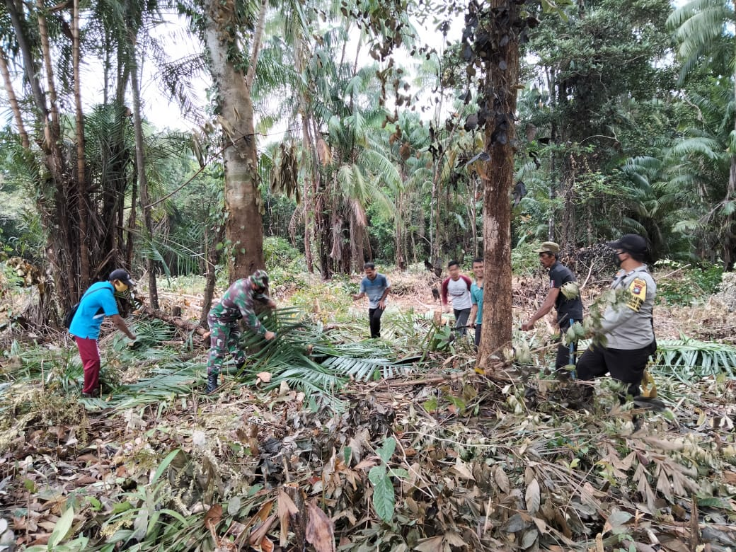 Kapolsek dan Bhabinkamtibmas Polsek Serasan Bersama Uspika Kecamatan Serasan Timur Gotong Royong di Lokasi Pembangunan Pondok Hafidz