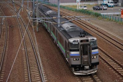 千歳線苗穂駅付近を通過するキハ201系