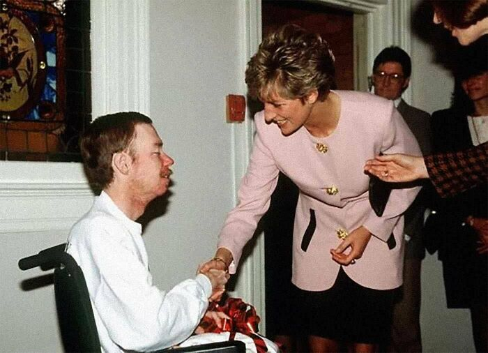#4 Princess Diana Shakes Hands With An Aids Patient Without Gloves, 1991