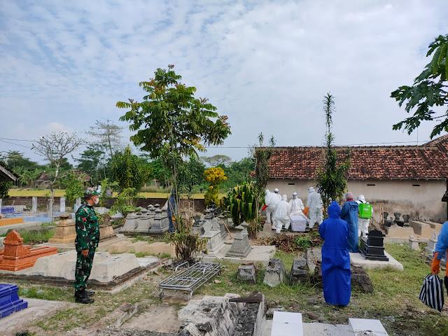 Pemakaman Warga Karangdowo Dilakuka Secara Prokes Terpantau Babinsa Dan Aparatur Desa