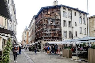 Ailleurs : La Maison de bois à Mâcon, étape touristique incontournable, décor sculpté remarquable et légende festive d'une confrérie bachique disparue