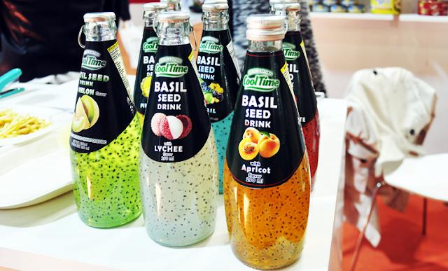 botellas de diferentes sabores donde vemos semillas negras flotar