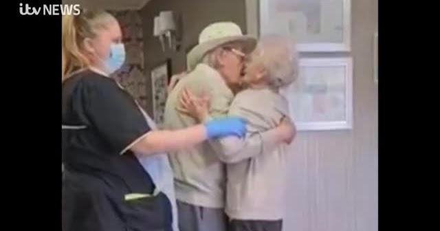 До слез: Сеть умилила встреча пожилых супругов, разлученных пандемией
