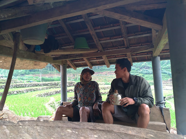 dua orang sedang berbincang di gubug