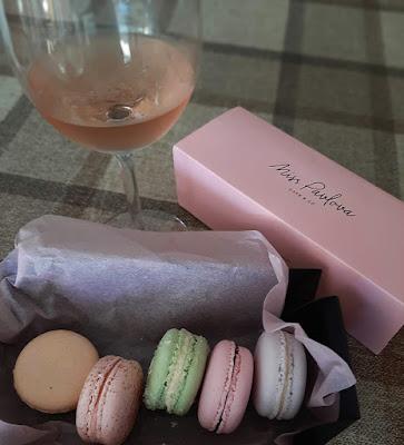 macarrons da Miss Pavlova e copo de vinho rosé