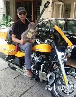 Membatik diatas kain memang sudah lumrah. Tapi kini, batik juga bisa dilukis diatas gitar. Berbekal hobi dan kecintaan terhadap budaya Indonesia membuat Pak Haryo Sasongko, 67, berhasil memadukan batik dengan gitar. http://batikguitar.com/