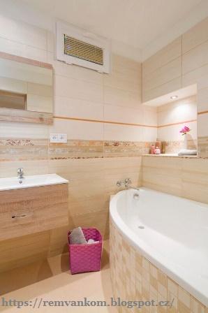 Современную ванную комнату в элегантном бежевом украшает освещенная ниша