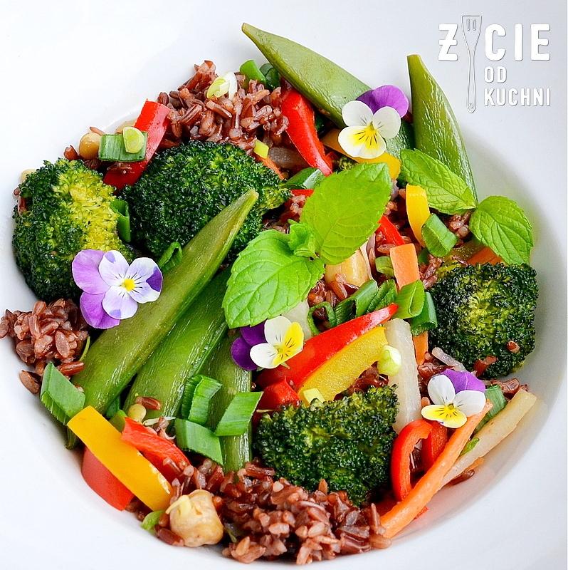 danie wegetarianskie, brokulym papryka, ryz czerwony, groszek cukrowy, bratki, marchewka, kalarepa, warzywa na patelnie, kielki, smazone warzywa, obiad, kolacja, dodatek do grilla, salatka do dan z grilla