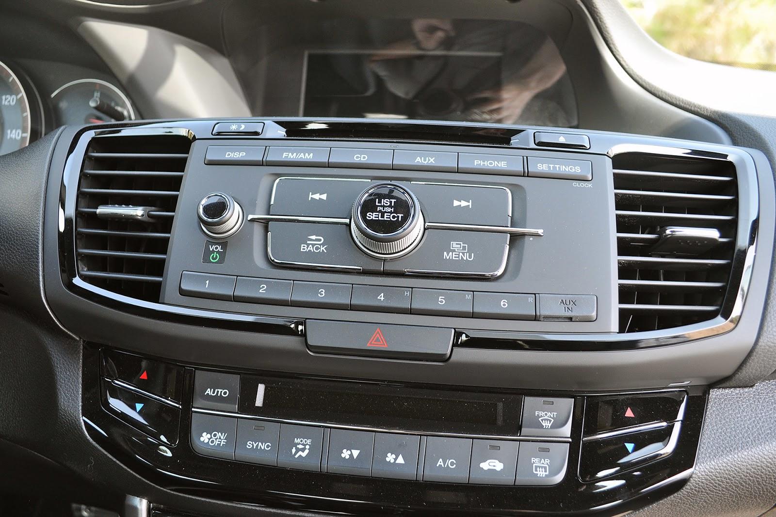 ...nhưng trước mắt là xe sẽ rất nhiều nút bấm và không có màn hình cảm ứng