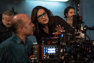 Mariska Hargitay dirigindo o 19º episódio da 17ª temporada de Law & Order: SVU  (Divulgação: Universal TV)