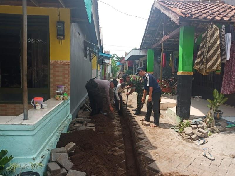 Babinsa Koramil 10/Bangil Karya Bakti Bersama Warga Melaksanakan Penggalian Parit