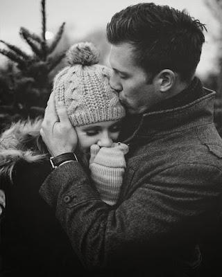 pareja tumblr beso en la frente blanco y negro
