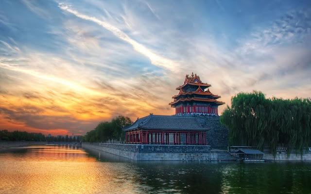Được xây dựng từ năm 1406 đến 1420 dưới thời trị vì của Vĩnh Lạc Đế, Thiên Đàn - hay còn gọi là Đàn tế trời, nằm yên bình trong khuôn viên rộng 267 ha ở trung tâm thủ đô Bắc Kinh. Đây là nơi diễn ra các hoạt động cúng tế trời đất, cầu cho mưa thuận gió hòa, thiên hạ thái bình của các hoàng đế Trung Quốc.    Thiên Đàn là một trong những công trình tiêu biểu cho nền kiến trúc cổ đại Trung Quốc, nay trở thành điểm đến yêu thích của người dân địa phương để thiền định và tập Thái cực quyền.