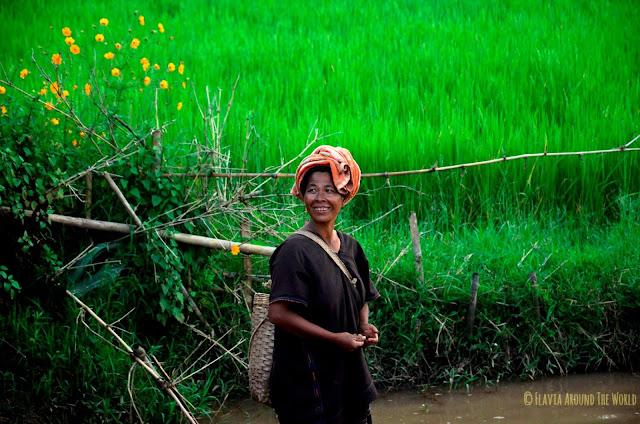 Mujer Palaung durante el trekking al lago Inle