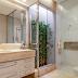 Banheiro bege e branco revestido de mármore com jardim de inverno!