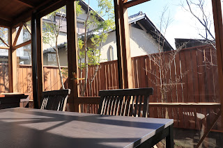 山野草盆栽教室を行うテーブル、いす、窓から見える風景の写真