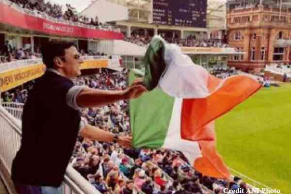 akshay-kumar-waving-indian-tri-color