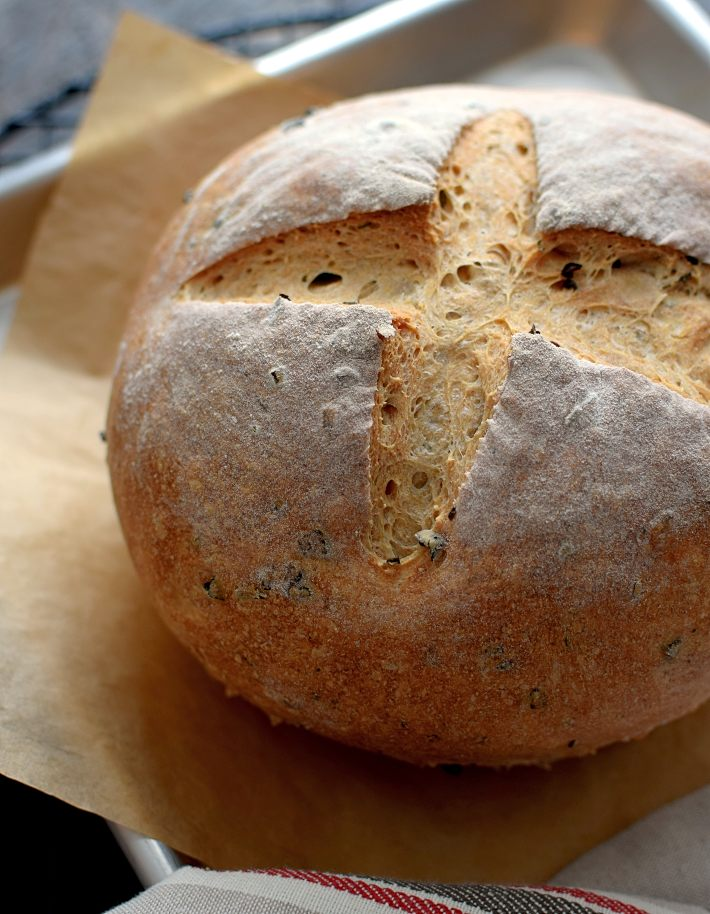 Pan rústico con aceitunas y romero, sin cortar