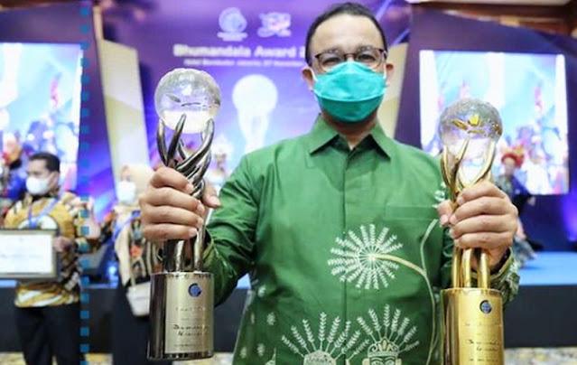 "Anies ""Pamer"" Penghargaan, Netizen: Jangan Sering-Sering Pak, Ada yang Panas!"