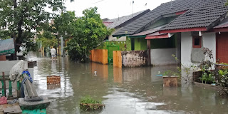 Perumnas Griya Martubung Dikepung Banjir,  Anak Sekolah Terpaksa Bolos Belajar