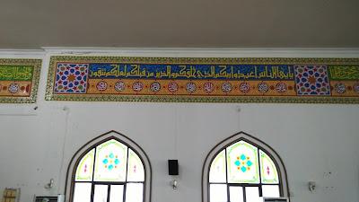Kaligrafi interior masjid dengan khat sulus dikombinasikan dengan kaligrafi asmaul husna