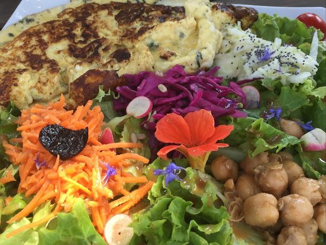 Omelette mit Käse und Kräutern und Salat