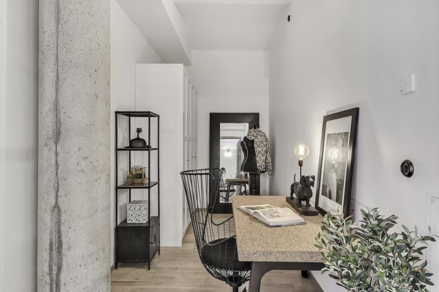 Apartament o przemysłowym charakterze, wystrój wnętrz, wnętrza, urządzanie mieszkania, dom, home decor, dekoracje, aranżacje, styl industrialny, industrial style, salon, kuchnia, otwarta przestrzeń, szare wnętrza, grey, living room, kitchen, ceglana ściana, ściana z cegły, brick wall, bedroom, sypialnia
