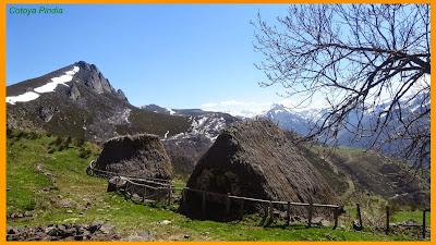 Cabañas en la Braña la Torre bajo el Pico Michu