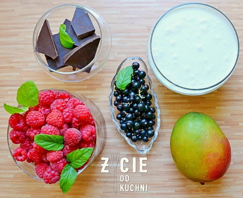 czekoladowy deser, deser z owocami, letni deser, czekolada, maliny, śmietana, czarne porzeczki, mango, skladniki na deser, zycie od kuchni