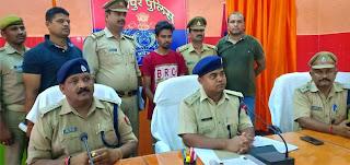 जौनपुर के पुलिस लाइन में पत्रकारों से बदमाशों के बारे में जानकारी देते एसपी जौनपुर रविशंकर छवि।
