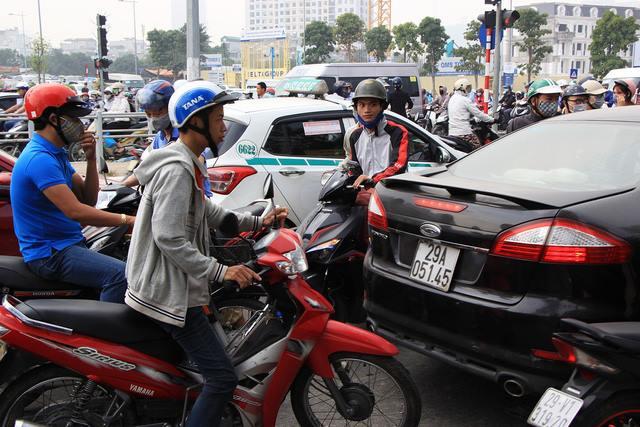 Lạ lùng cảnh hàng trăm người dắt xe máy ngược chiều đối phó CSGT ở Hà Nội 13