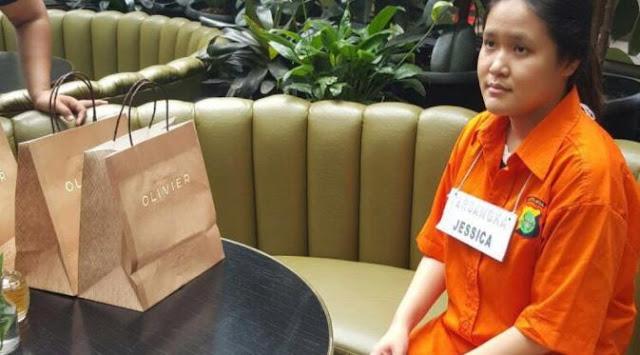 Keluarga Mirna Tepuk Tangan Saat Dengar Kesaksian Pegawai Kafe Olivier