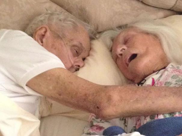 После 75 лет брака эта пара умерла в объятиях друг друга