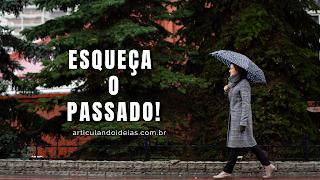 Mulher caminhando com guarda-chuva