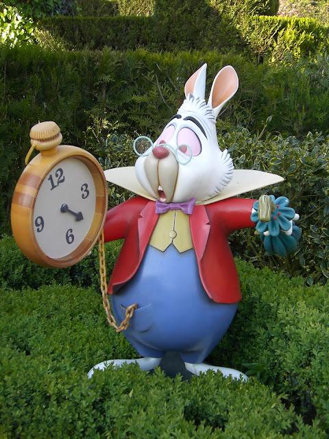 El conejo blanco de Alicia en el país de las Maravillas con el reloj