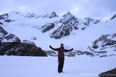 Laguna de los Témpanos congelada con vistas al Glaciar de Vinciguerra, Ushuaia, Argentina.