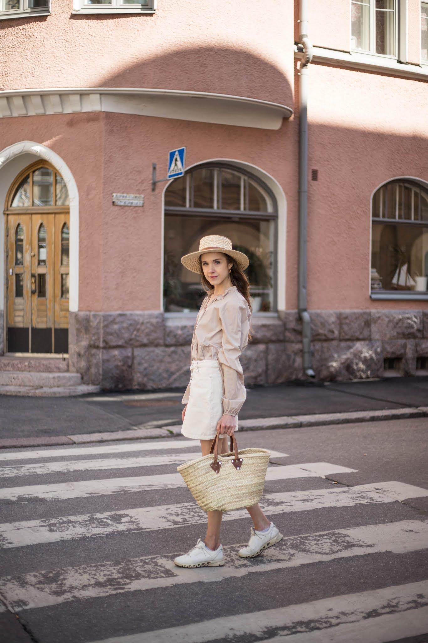 Neutraali kesäasu valkoisen farkkuhameen kanssa // Neutral summer outfit with white denim skirt
