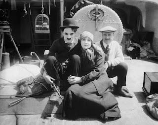 """Чарли Чаплин, Эдна Первайэнс и Сид Чаплин на съемках """"Иммигранта"""" (1917)"""