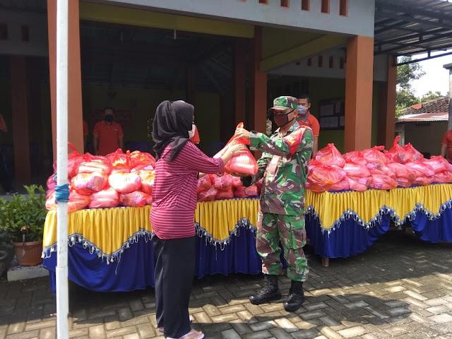 Kodim Sragen - Pembagian Paket Sembako Masyarakat Desa Geneng Duwur Yang Tidak Terdaftar PKH