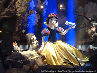 Display of Snow White singing to a bird at Saks 5th Avenue