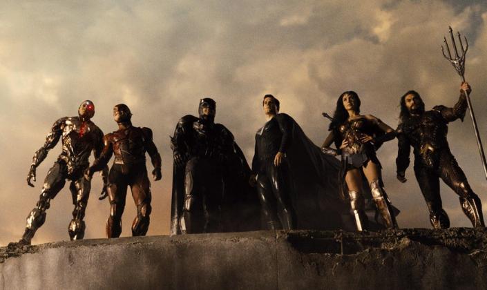 Imagem de capa: os personagens da direita para a esquerda, Ciborgue, um homem negro com o corpo metálico e robótico, com um dos olhos substituído por uma luz vermelha que também ilumina o seu peito, o Flash, um garoto branco em uma armadura vermelha, capacete com detalhes de raios amarelos, o Batman, em uma armadura cinza-escura e capa preta, o Superman em um uniforme preto com um diamante e o S no peito, a Mulher-Maravilha, com as mãos na cintura, uma armadura e uma saia de guerreira grega, com o busto vermelho e uma espada em suas costas e o Aquaman, um homem grande e barbado, em uma armadura de escamas com um tridente nas mãos, todos no topo de uma construção com um nascer do sol por trás, olhando para frente.