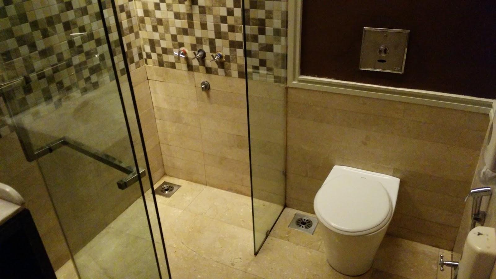 馬航雪邦國際機場貴賓室裡的廁所與浴室是在同一間,所以只是想上廁所也得等,這是設計上的失策。