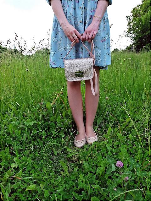Różowa, brokatowa torebka, zielonkawa sukienka w kwiaty Pepco
