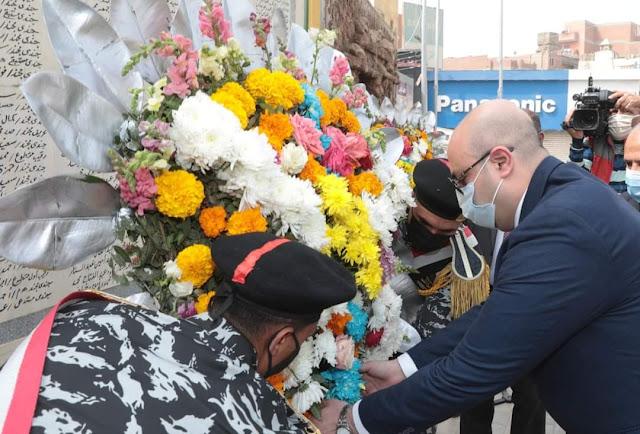 محافظ بني سويف يضع أكليل الزهور على النصب التذكاري لقبر الجندي المجهول احتفالا بعيد بني سويف القومي