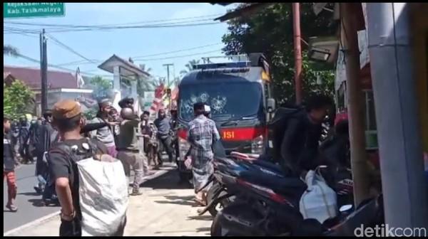 Massa Pendukung Habib Rizieq Rusak 3 Mobil Polisi di Tasikmalaya